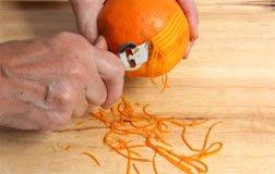 Zesteur zestant une orange non traîtée